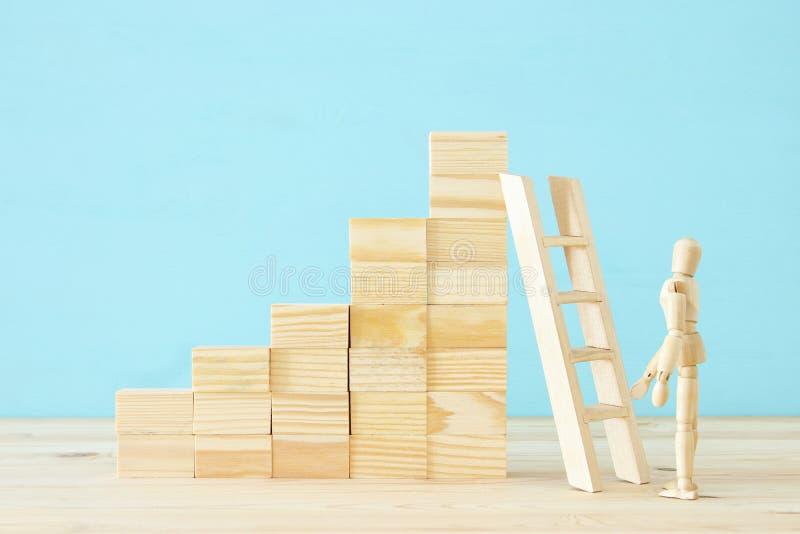 photo de concept du franchissement d'obstacles, du simulacre en bois regardant une barrière et pensant à la solution images libres de droits