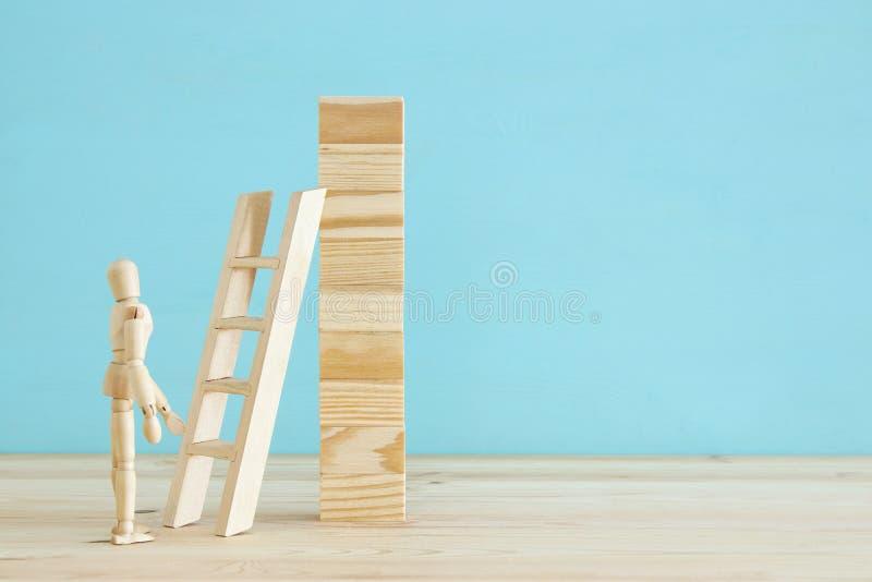 photo de concept du franchissement d'obstacles, du simulacre en bois regardant une barrière et pensant à la solution images stock