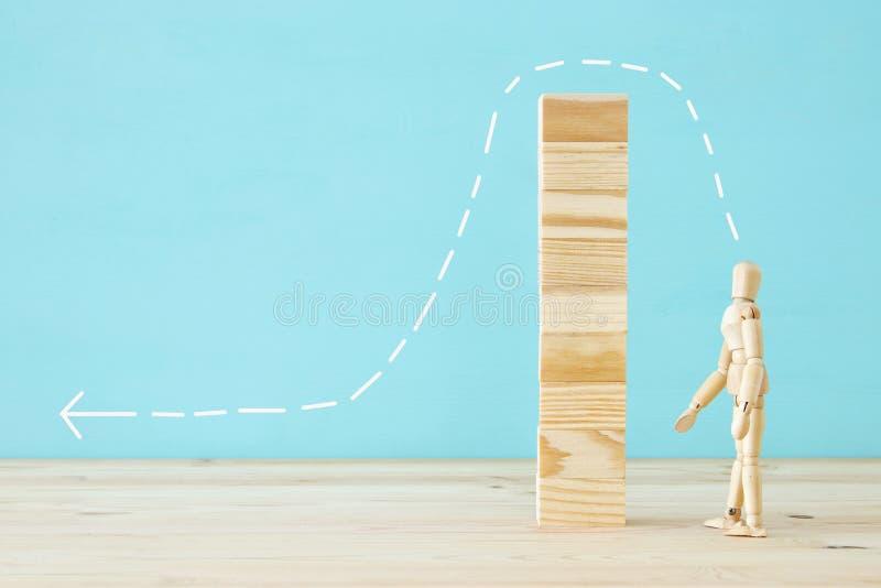 photo de concept du franchissement d'obstacles, du simulacre en bois regardant une barrière et pensant à la solution photo stock