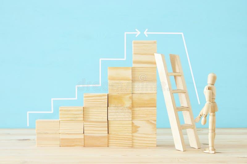 photo de concept du franchissement d'obstacles, du simulacre en bois regardant une barrière et pensant à la solution photos libres de droits