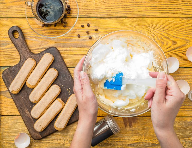 Photo de cuisinier avec la truelle préparant le tiramisu image stock