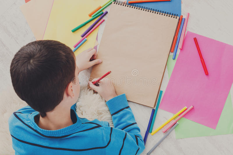 Photo de dessin de garçon avec les crayons colorés et photo libre de droits