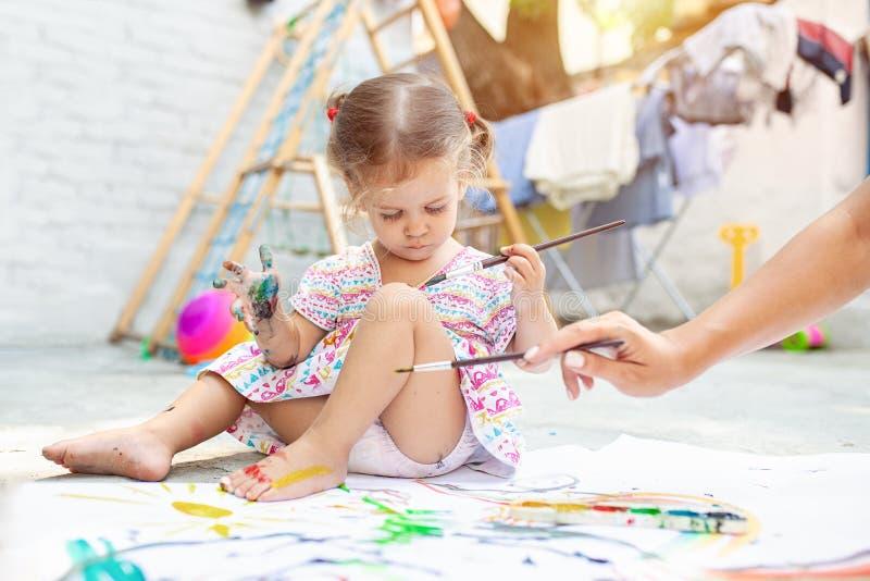Photo de dessin de fille d'enfant dehors en été photo stock