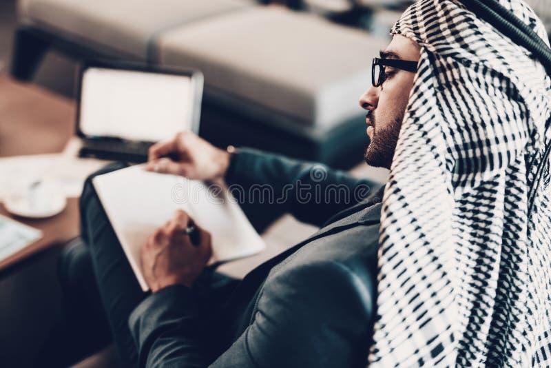 Photo de dos comme l'homme d'affaires écrit dans le carnet photo libre de droits
