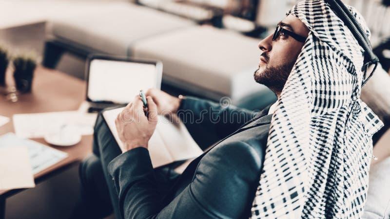 Photo de dos comme l'homme d'affaires écrit dans le carnet image libre de droits