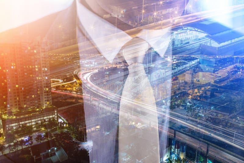 Photo de double exposition un homme d'affaires et une vue de la route photographie stock