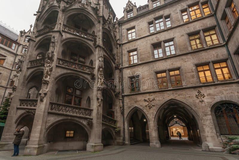 Photo de fabrication de touristes à l'intérieur de cour de ville nouvelle Hall - Neues Rathaus photos libres de droits