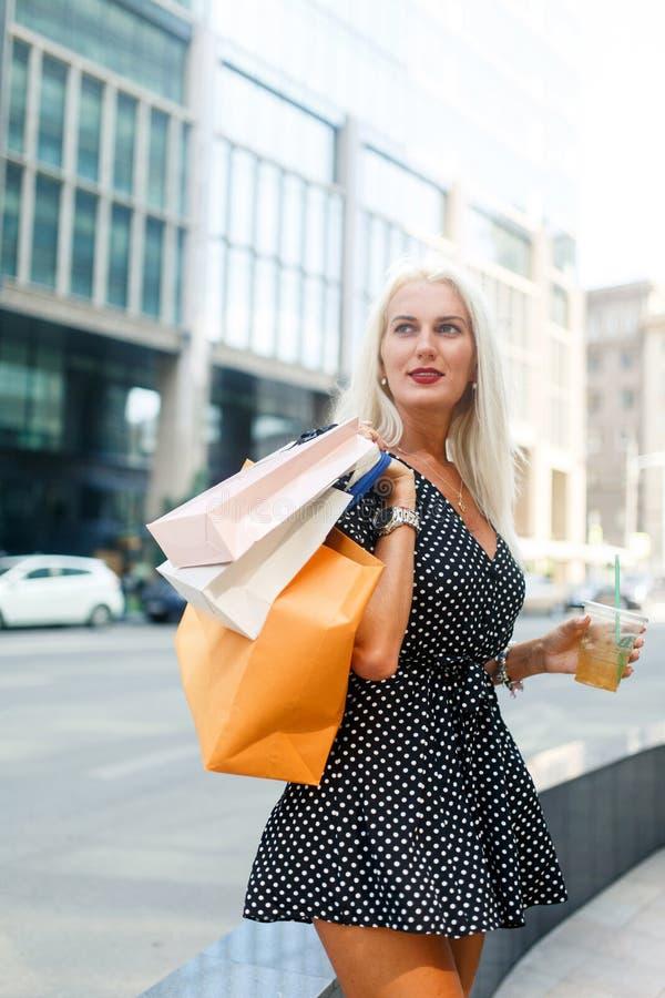 Photo de femme avec des sacs images libres de droits