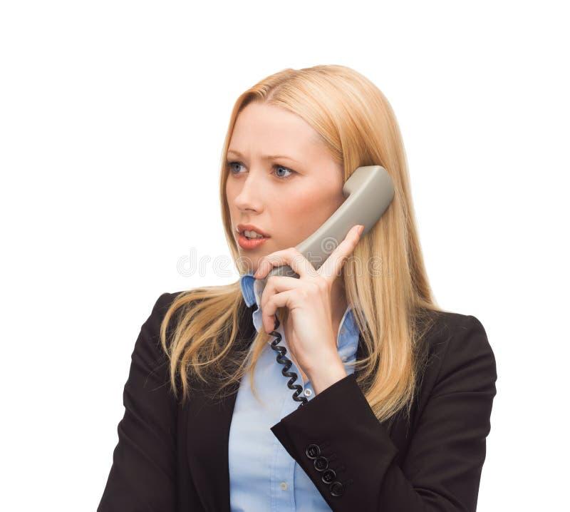 Photo de femme confuse avec le téléphone image libre de droits