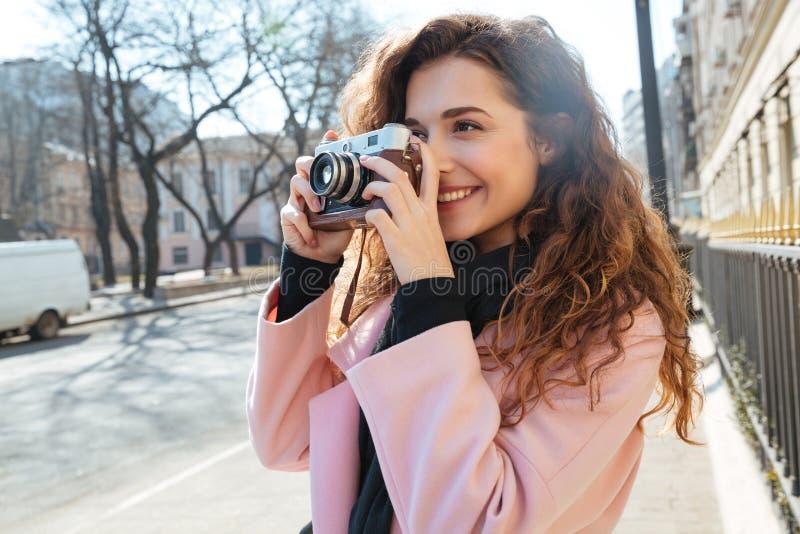 Photo de femme faisant la photo sur le rétro appareil-photo image libre de droits
