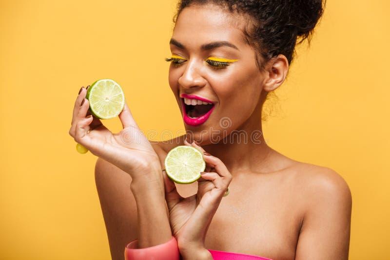 Photo de femme magnifique d'afro-américain avec le maquillage à la mode h image stock
