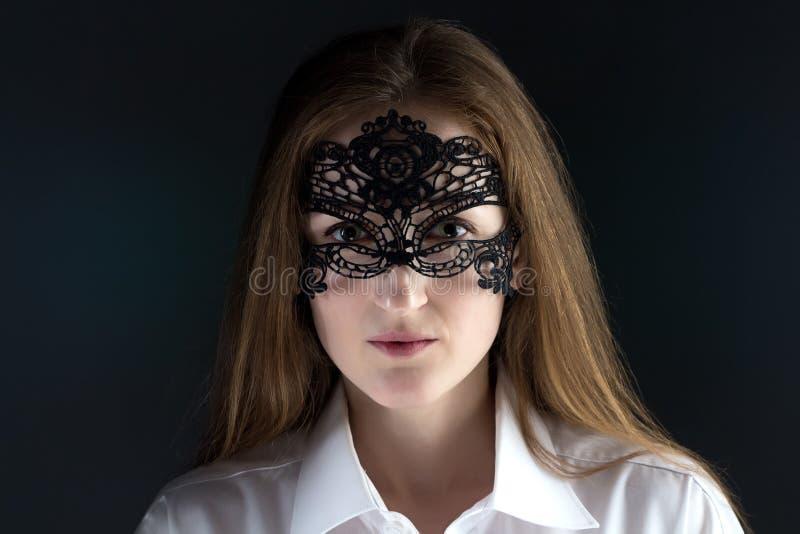 Photo de femme mignonne dans le masque de dentelle photographie stock libre de droits