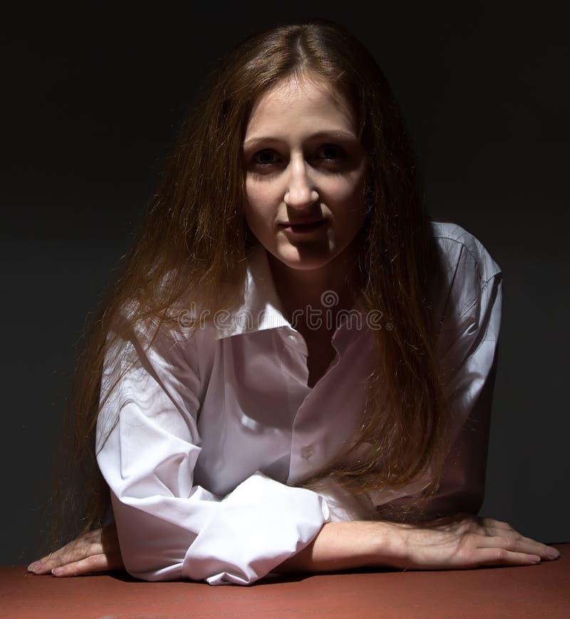 Photo de femme penchée sur la table images stock