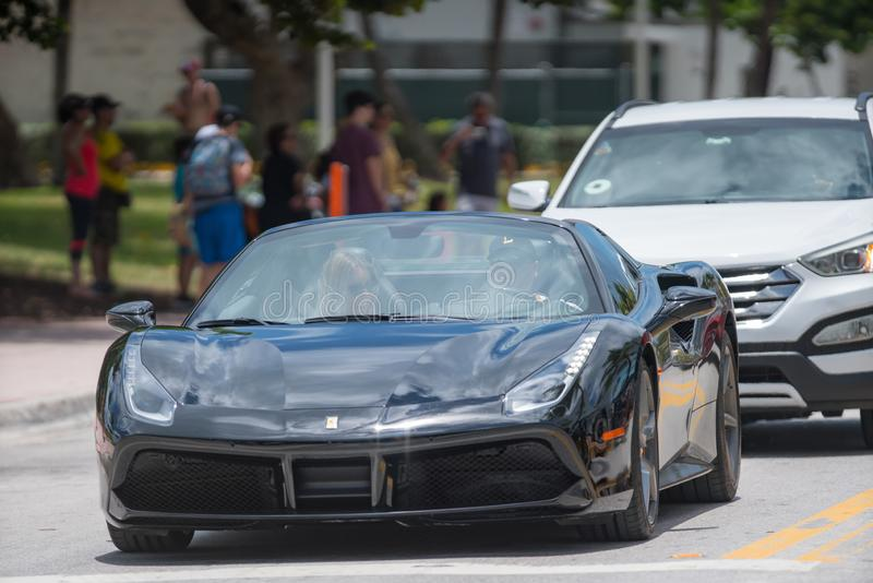 Photo de Ferrari noir sur la commande Miami Beach d'océan photos stock