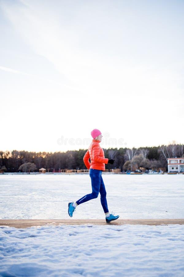 Photo de fille de sports sur l'exercice de matin en hiver images libres de droits