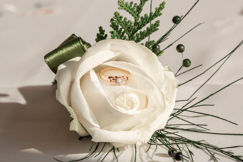 Photo de fond de la boutonnière de mariage avec alliance Accessoires de mariage marié et marié photographie stock