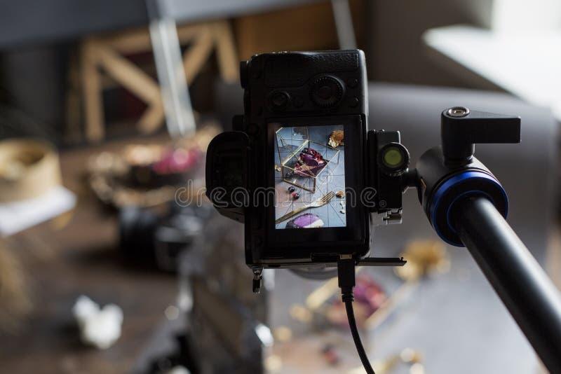 Photo de gâteau par l'intermédiaire de l'écran de caméra un morceau de tarte sur un cercueil Fond pour une carte d'invitation ou  photographie stock