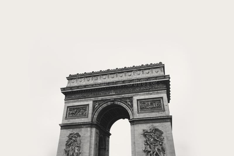 Photo de gamme de gris de tour concrète image stock
