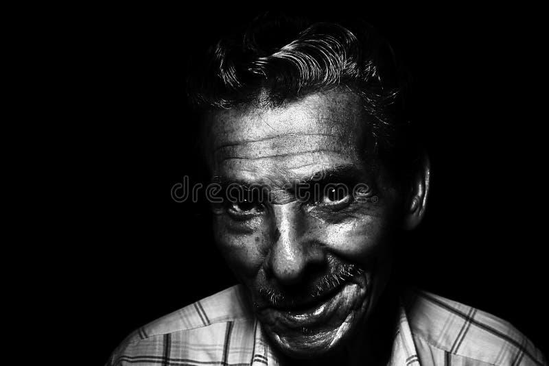 Photo de gamme de gris du sourire de l'homme photo stock