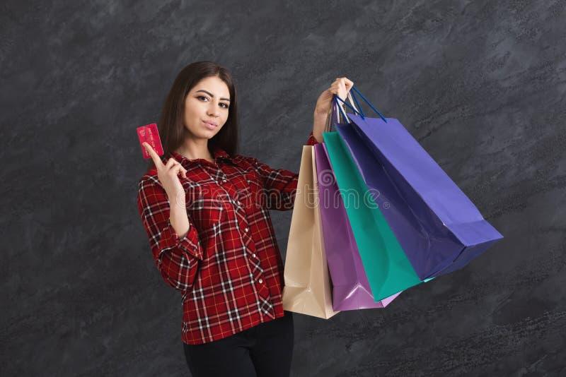 Photo de jeune femme de brune avec des paniers photographie stock