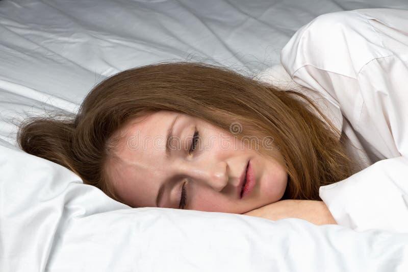 Photo de jeune femme de sommeil photos libres de droits