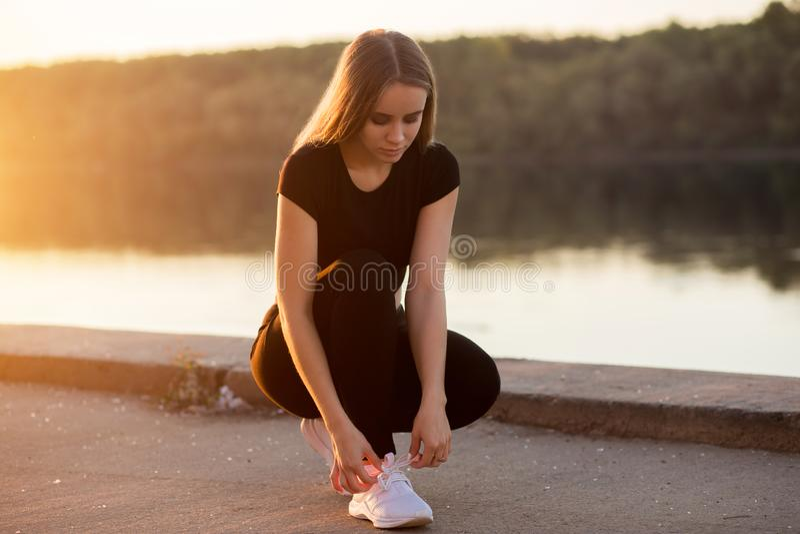 Photo de jeune femme heureuse attirante de forme physique image libre de droits