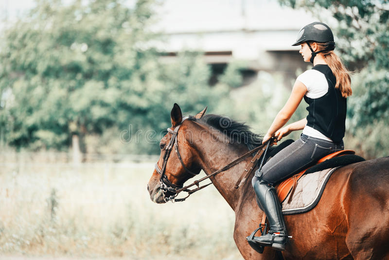 Photo de jeune fille montant son cheval photo stock