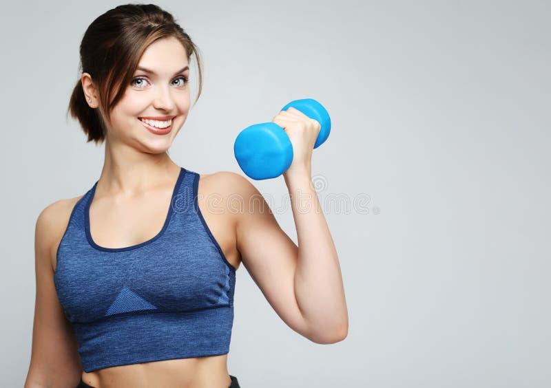 Photo de l'ajustement et de la jeune femme en bonne santé souriant et tenant le dumbbelsl sur l'épaule Sport et concept de person photo libre de droits