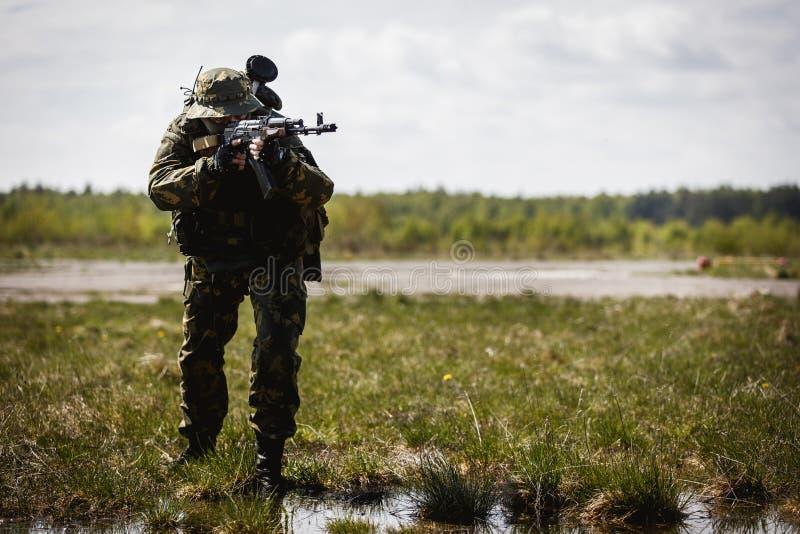 Photo de l'homme avec l'arme à feu photographie stock