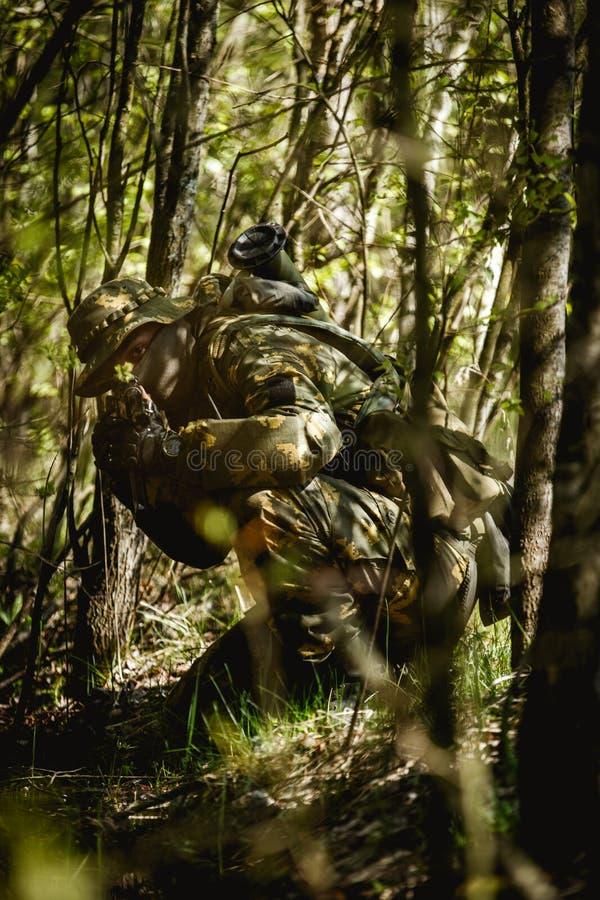 Photo de l'homme avec l'arme à feu images libres de droits