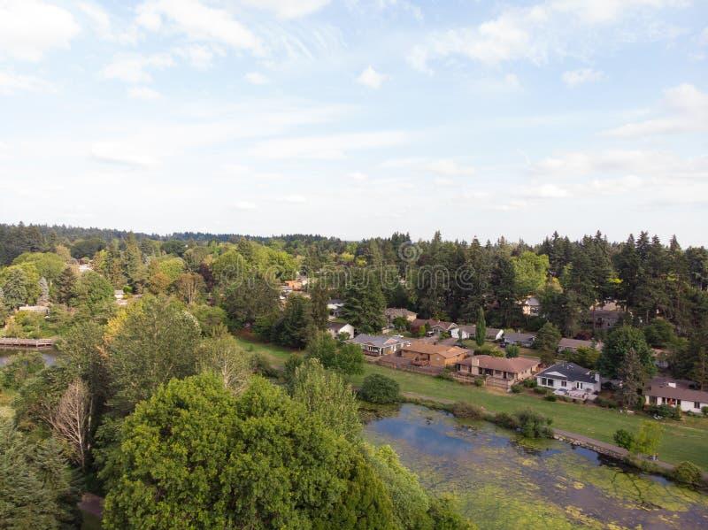Photo de la banlieue d'une taille, bourdon, fond de paysage image libre de droits
