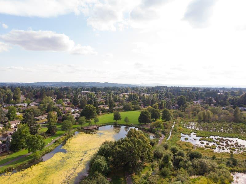 Photo de la banlieue d'une taille, bourdon, fond de paysage images libres de droits