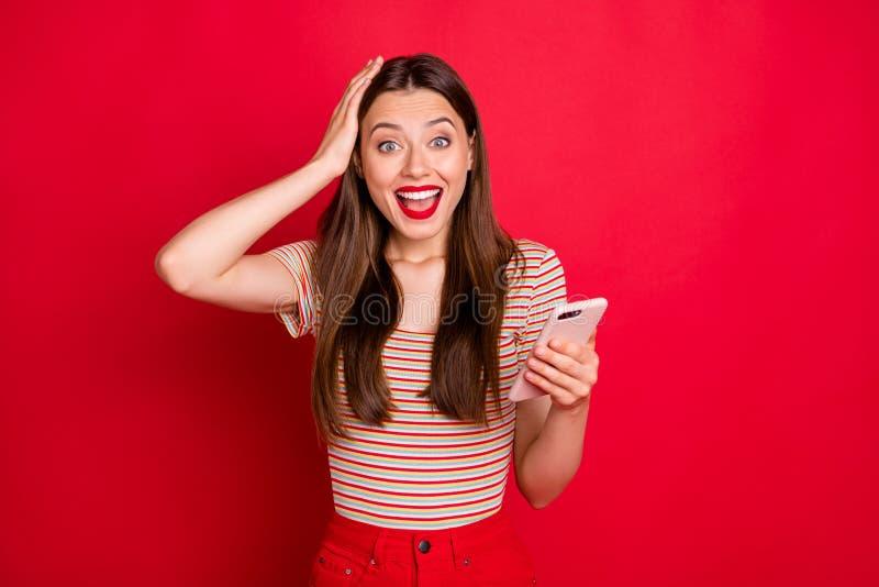 Photo de la belle gentille heureuse dame positive satisfaisante gaie avec du charme attirante tenant le téléphone intelligent dan images libres de droits