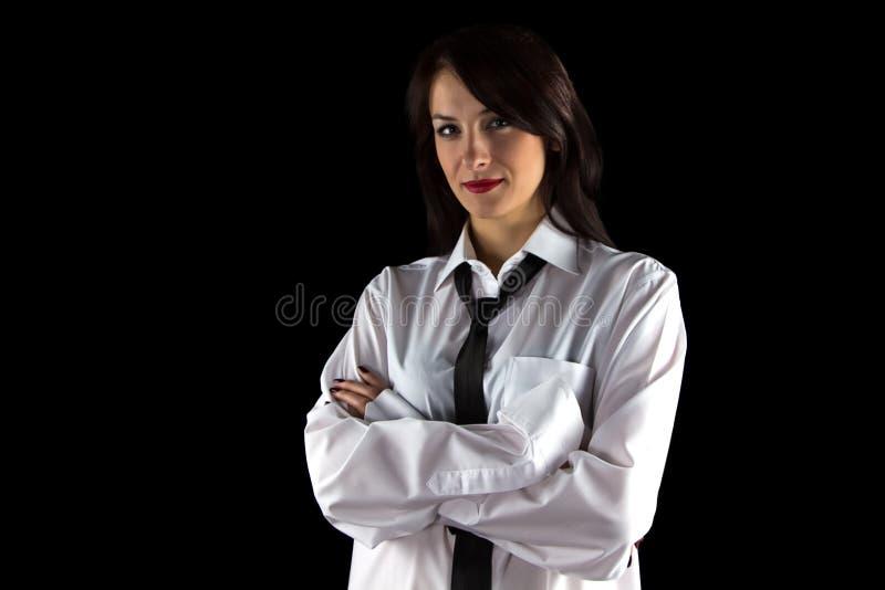 Photo de la chemise de l'homme de port de jeune femme photographie stock libre de droits
