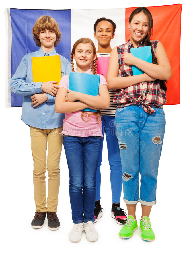 photo de la longueur entière des enfants contre le drapeau français photo stock