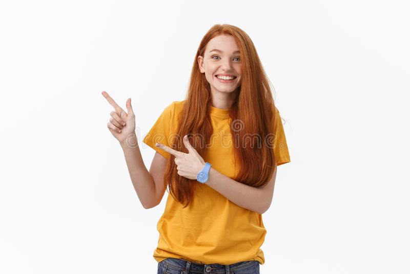 Photo de la position heureuse de jeune femme d'isolement au-dessus du fond blanc de mur Regard de l'appareil-photo montrant le po images stock