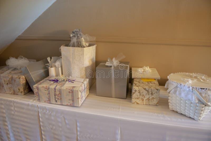 Photo de la table nuptiale de cadeau à être de la réception photo libre de droits