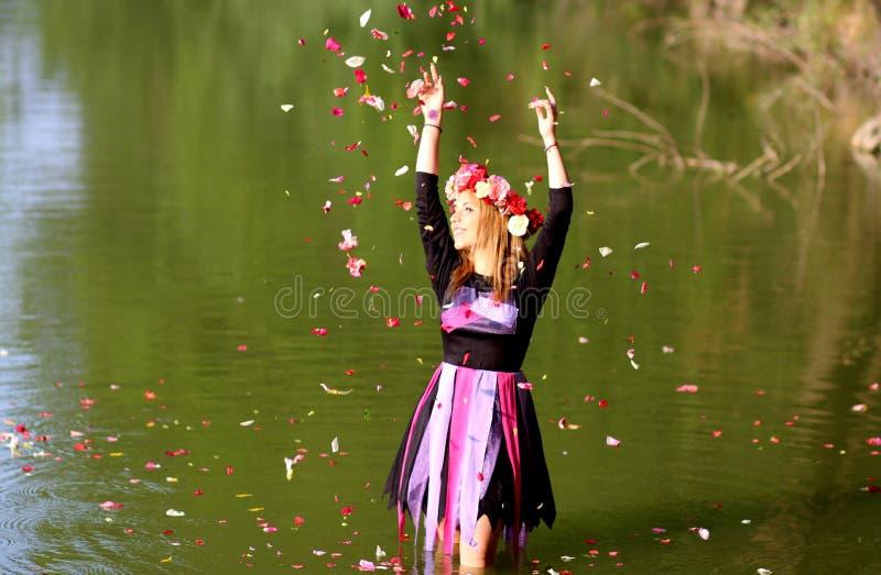 Photo De Laps De Temps De Femme Se Tenant Dans L'eau Superficielle Verte Tout En Versant Des Pétales De Fleur Sur L'air Pendant L Domaine Public Gratuitement Cc0 Image