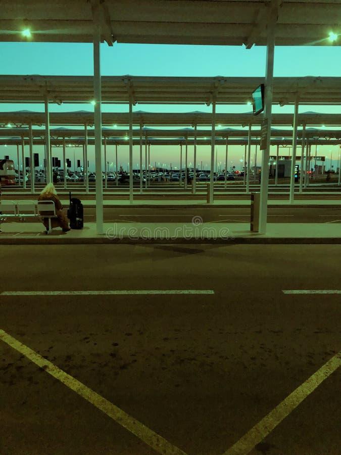 Photo de lever de soleil dans la gare routière d'aéroport de Simferopol image stock