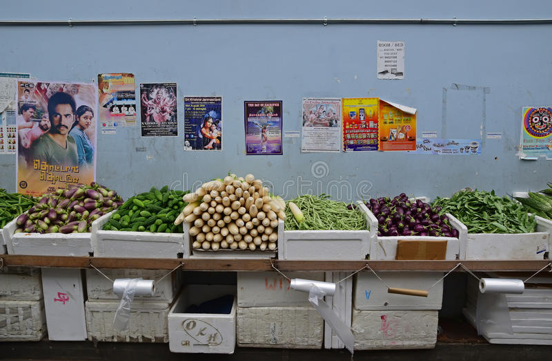 Photo de marché humide vendant des légumes le long d'une petite allée à Singapour peu d'Inde image stock