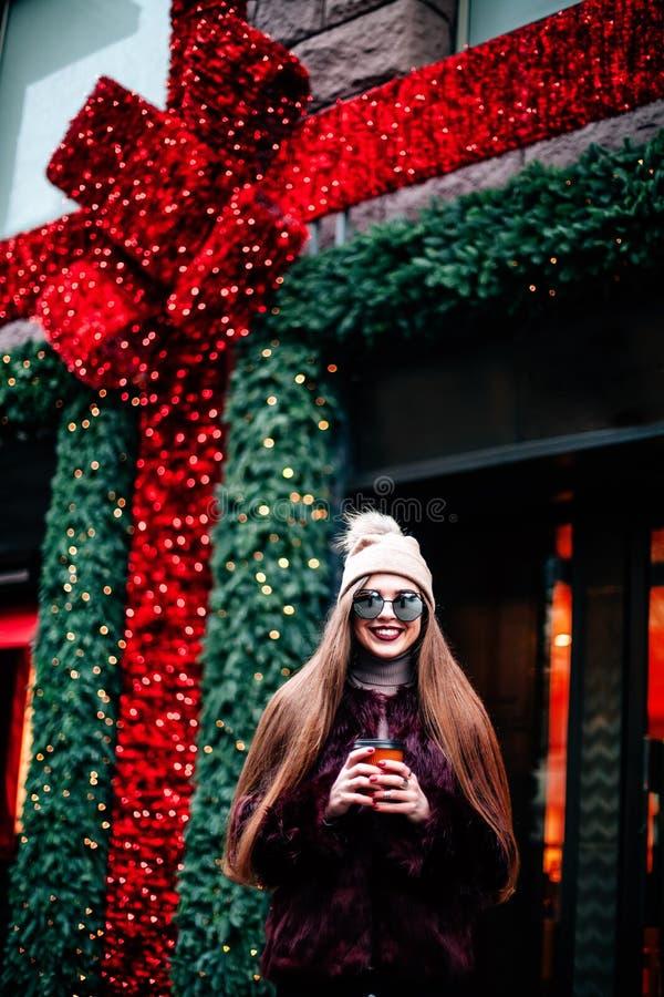 Photo de mode de belle jeune femme avec des lunettes de soleil Style de vie de ville Mode femelle Verticale de plan rapproché Bea image stock