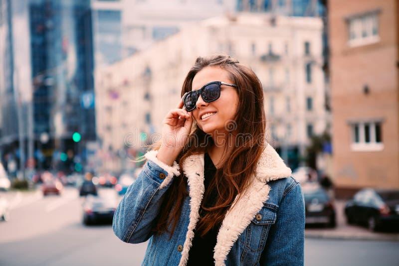 Photo de mode de belle jeune femme dans des lunettes de soleil Style de vie de ville Mode femelle Verticale de plan rapproché photo libre de droits
