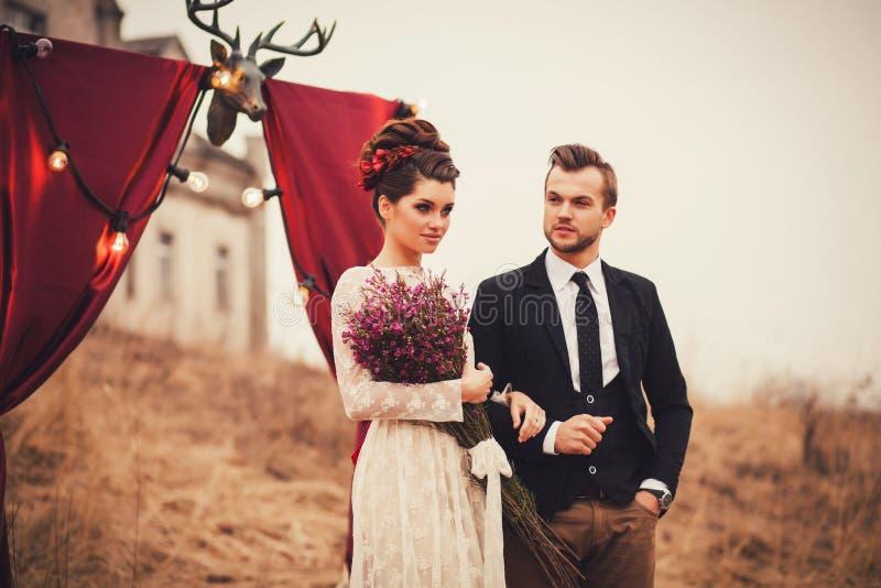 Photo de mode de jeune homme et de belle femme image stock