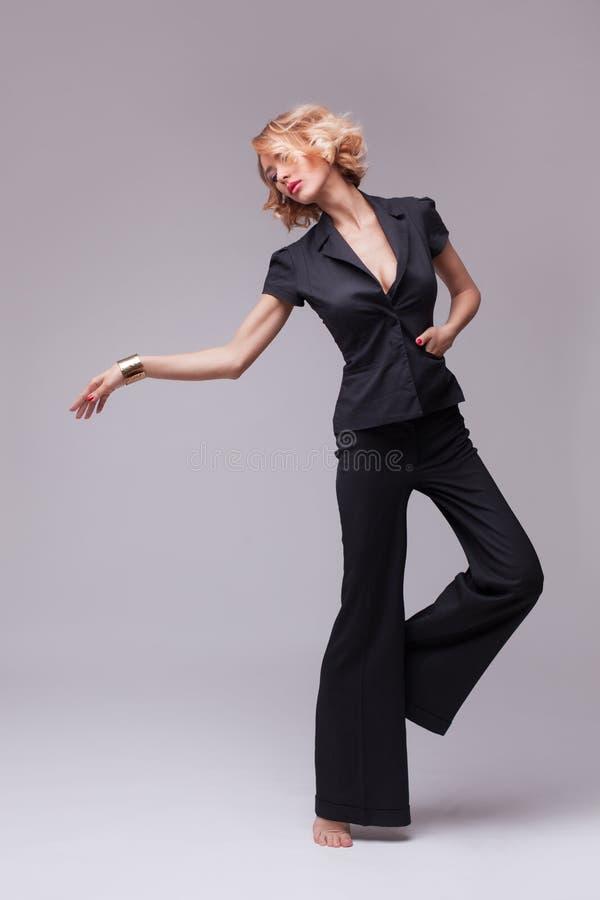 Photo de mode de femme dans le costume noir photo libre de droits
