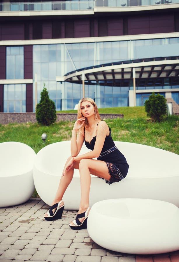 Photo de mode de jeune femme magnifique photos stock