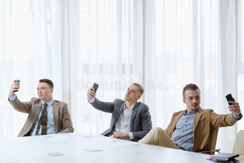 Photo de narcissisme d'hommes d'affaires d'amour-propre de dépendance de Selfie photographie stock libre de droits