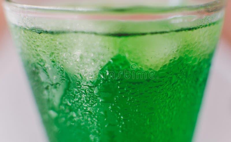 Photo de Nmacro d'une soude avec des glaçons dans un plan rapproché en verre photographie stock