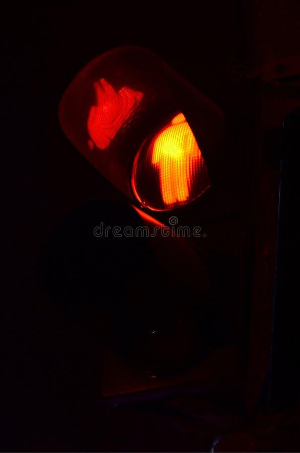 Photo de nuit d'un feu de signalisation pour des piétons, qui s'allume en rouge photos libres de droits