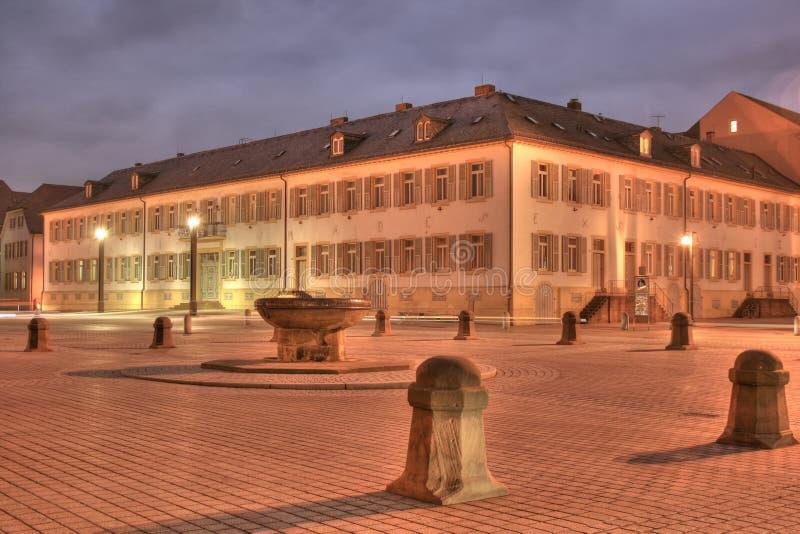 Photo de nuit d'un vieux bâtiment dans la ville de Speyer en Allemagne photo stock