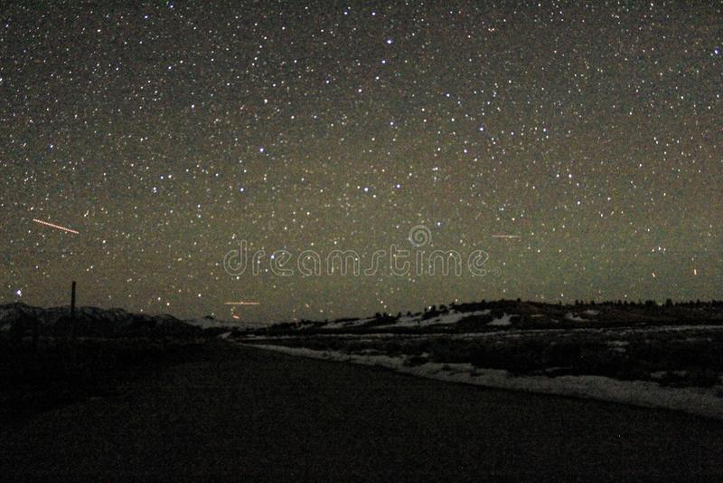 Photo de nuit des montagnes avec des étoiles photographie stock